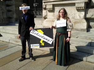 Piraten bei der Protestaktion vor dem Neuen Rathaus